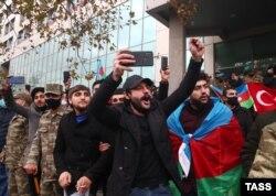 Penonton menyemangati pawai. Konflik tersebut berakhir pada November dengan gencatan senjata yang ditengahi Rusia menyerahkan sebagian wilayah ke Azerbaijan, mendorong perayaan di jalan-jalan Baku.