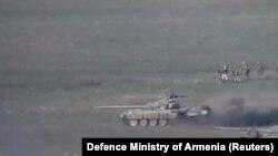 Танки и пехота, предположительно, вооруженных сил Азербайджана во время наступления в Нагорном Карабахе. Кадр из видео, опубликованного Минобороны Армении.
