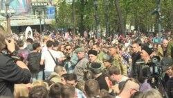 Казаки бьют нагайками протестующих