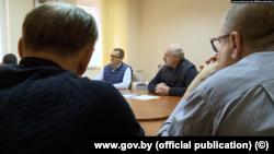 Встреча Александра Лукашенко (в центре справа) с задержанными лидерами оппозиции 10 октября в СИЗО КГБ Беларуси.