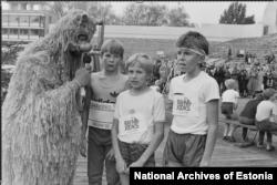 Популярный персонаж детского телешоу «Самый большой друг» берет интервью у юных бегунов. 1985 год.