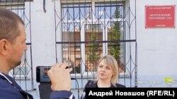 Екатерина Мельникова у здания суда