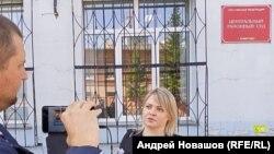 Екатерина Мельникова у здания суда в Кемерове