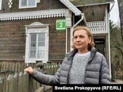 Анна Лекарева рядом со своим домом