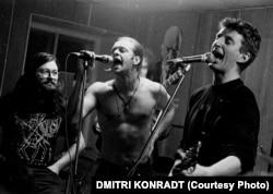 """""""რუსი ბობ დილანი"""", ბორის გრებენშჩიკოვი (შუაში) და ბრიტანელი მუსიკოსი, ბილი ბრეგი (მარჯვნივ) ერთად მღერიან ლენინგრადის როკ-კლუბის სცენაზე, სადაც ერთი წლის შემდეგ Scorpions-მა დაუკრა."""