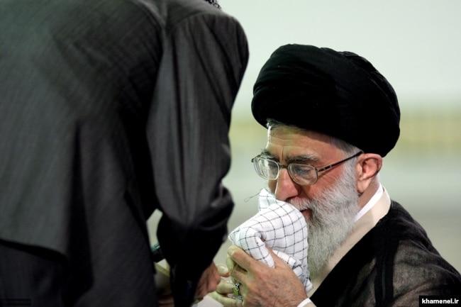 خامنهای در حال دادن چفیهاش به یک دانشجوی بسیجی در دیداری با دانشجویان در سال ۸۹