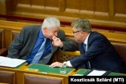 Polt Péter legfőbb ügyész beszél száját eltakarva Matolcsy Györgyhöz, a Magyar Nemzeti Bank elnökéhez 2016. június 13-án