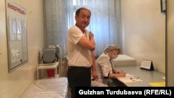 Министр здравоохранения и социального развития Алымкадыр Бейшеналиев после получения вакцины. 29 марта 2021 года.