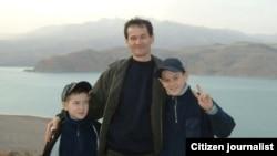 Адылбек Юлдашев с сыновьями Валижоном и Алибеком. Фото сделано в 2007 году.