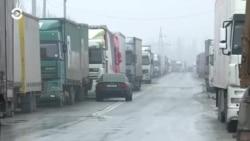 Более сотни фур скопились на границе Кыргызстана с Казахстаном