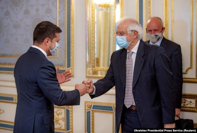 Рукостискання президента Володимира Зеленського з керівником європейської дипломатії Жозепом Боррелем під час зустрічі у Києві 22 вересня 2020 року