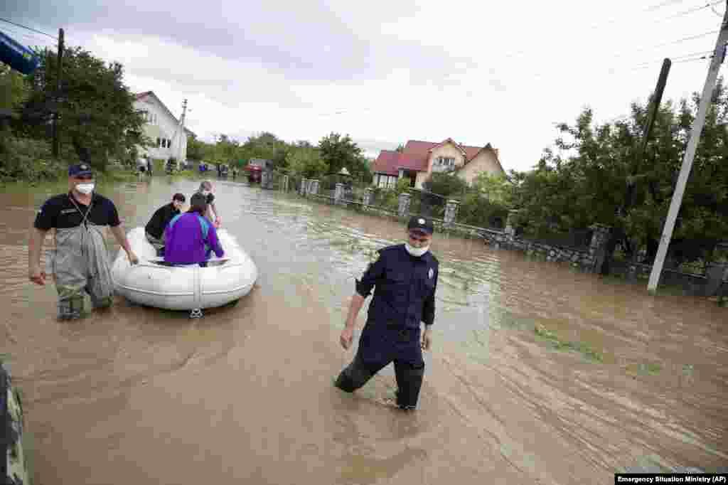 Евакуація жителів із затопленого села Ланчин Івано-Франківської області, 24 червня