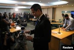 Хуан Гуайдо после пресс-конференции в Каракасе надевает маску - которую почти отказывается носить Николас Мадуро. 5 декабря 2020 года