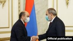 Baş nazir Nikol Paşinyan (sağda) və Edmon Marukyan