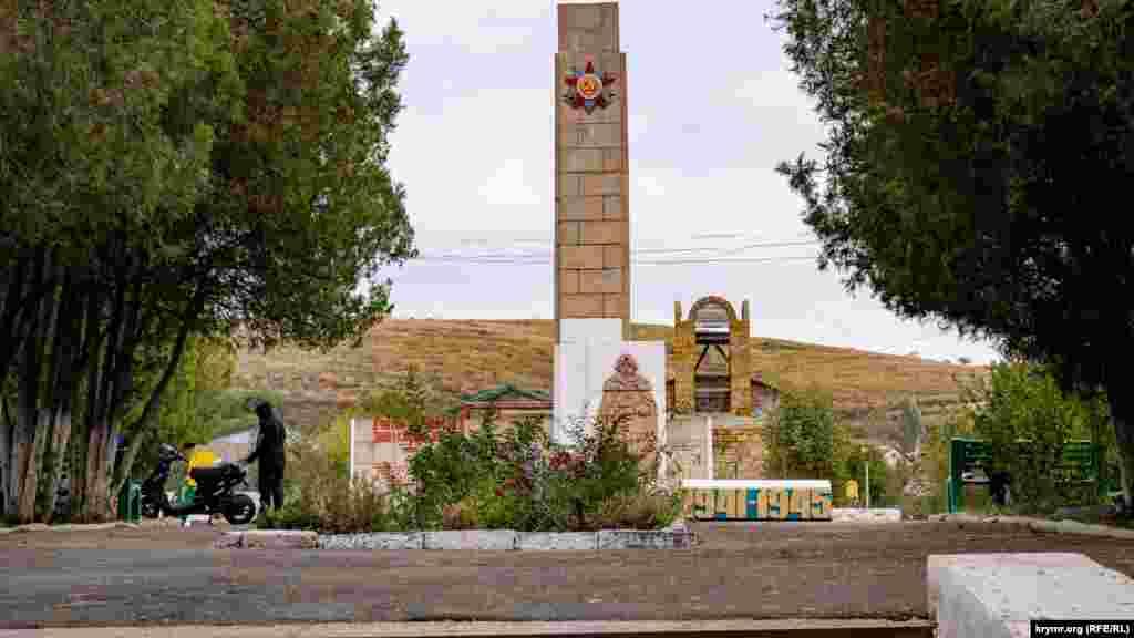 Стелла на холме в центре Украинки с именами погибших в годы Второй мировой войны односельчан. За ней оборудована детская игровая площадка и уже не первый год ведется строительство православного храма