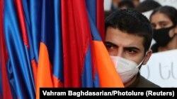 Manifestant cu steagul național la un protest împotriva acordului de încetare a focului cu Azerbaidjanul 12 noiembrie 2020