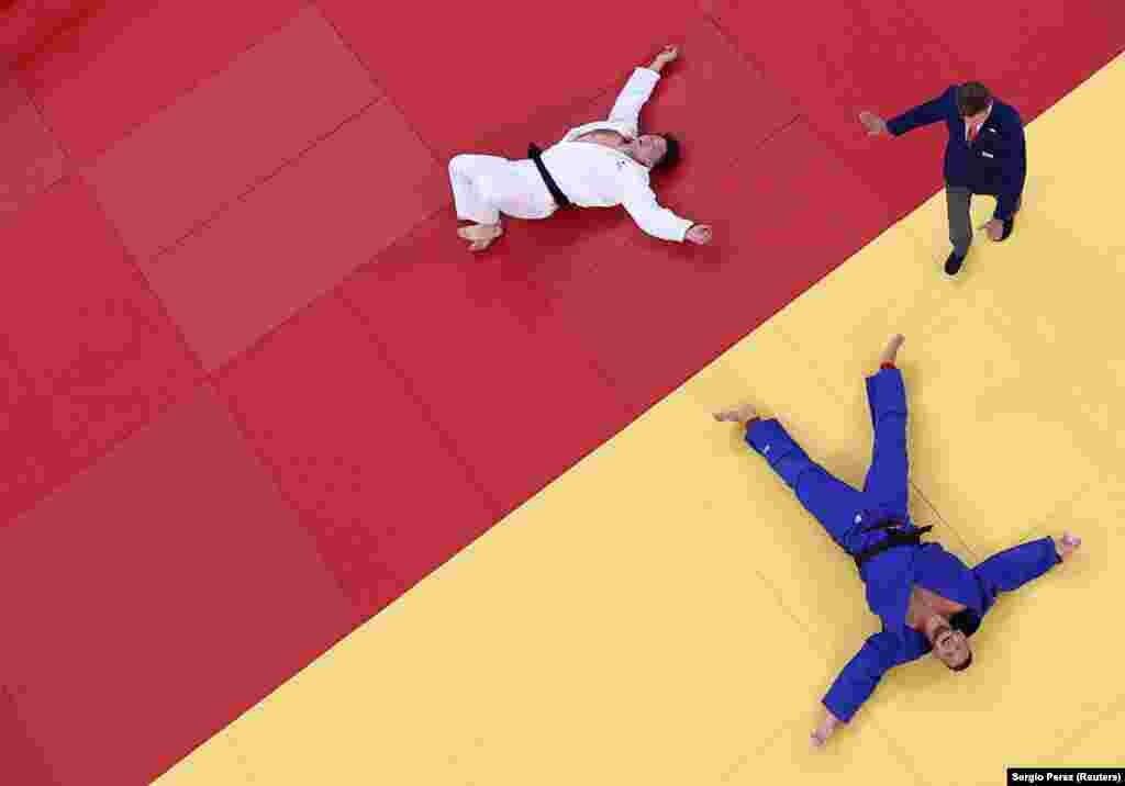 Хісайосі Харасава з Японії та Лукаш Крпалек з Чехії під час півфінального поєдинку з дзюдо між чоловіками вагою 100 кг.Токіо, 30 липня 2021 року