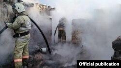 Пожарные на месте происшествия под Риддером в Восточно-Казахстанской области. 11 мая 2021 года. Фото предоставлено департаментом ЧС ВКО.