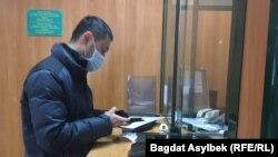 """Әлнұр Ильяшев банкке келіп, сот үкімі бойынша """"Нұр Отан"""" партиясына ақша аударып тұр."""