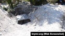 Автомобиль, засыпанный камнями в результате селевого потока в Ялте 18 июня 2021 года
