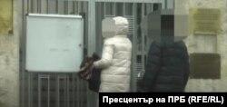 """Според прокуратурата тук съпругата на """"резидента"""" Иван Илиев е заснета да влиза в руското посолство на 11 януари 2021 г."""