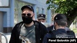 თეატრისა და კინოს რეჟისორი, კირილ სერებრენნიკოვი მოსკოვში, სასამართლოზე მისვლისას, 26 ივნისი, 2020 წელი