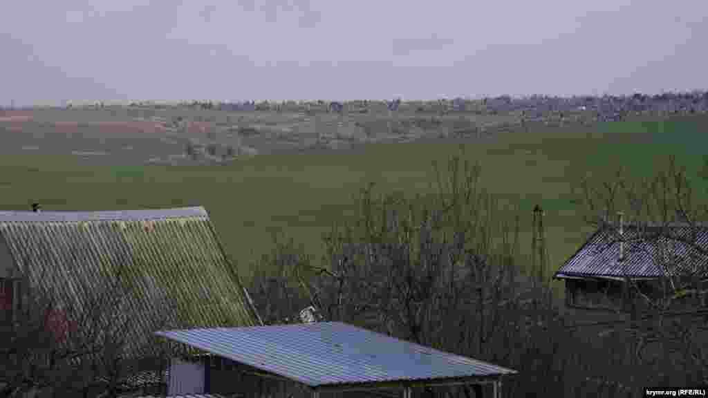 Город от Живописного разделяет центральное кладбище «Абдал» (сверху)