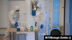 Egészségügyi dolgozók pandémiás edzésen vesznek részt a budapesti Kútvölgyi kórházban 2020. augusztus 27-én