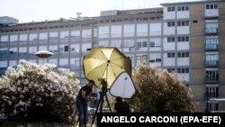 Լրագրողները հերթապահում են «Ջեմելի» հիվանդանոցի մոտ, Հռոմ, 6 հուլիսի, 2021թ.