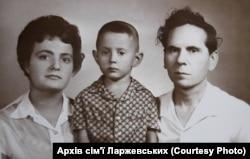 Леонід Ларжевський разом із сином та дружиною. Фото 1966 року