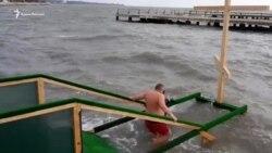 На набережной Керчи прошли крещенские купания (видео)
