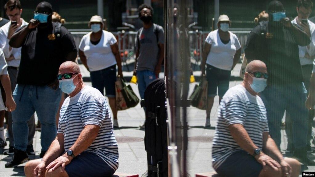 """Эти американцы продолжают носить маски, чтобы не допустить распространения COVID-19. Штамм """"Дельта"""" привёл к росту числа инфицированных в Нью-Йорке, 30 июля 2021"""
