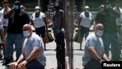 Эти американцы продолжают носить маски, чтобы не допустить распространения COVID-19. Штамм «Дельта» привел к росту числа инфицированных в Нью-Йорке, 30 июля 2021