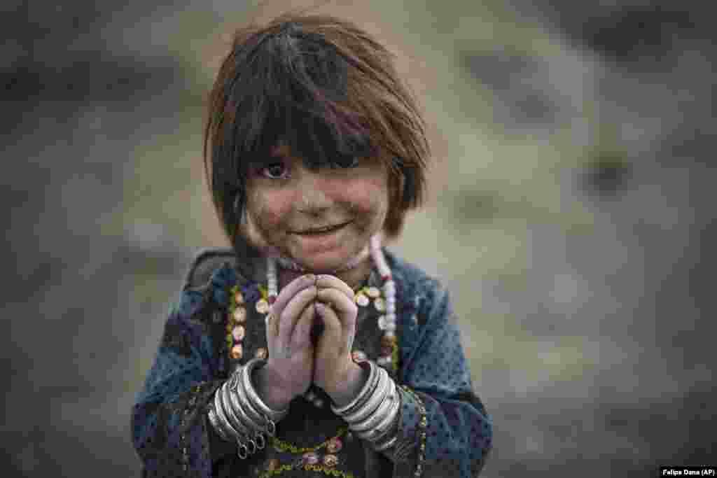 Laila este fotografiată într-un cartier sărac din Kabul, în care locuiesc de mai mulți ani sute de persoane strămutate din partea de est a Afganistanului.