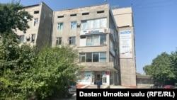 Телеканал Ош шаарындагы Нурматов көчөсүндөгү имараттын төртүнчү кабатында жайгашкан. 15-сентябрь, 2021-жыл.