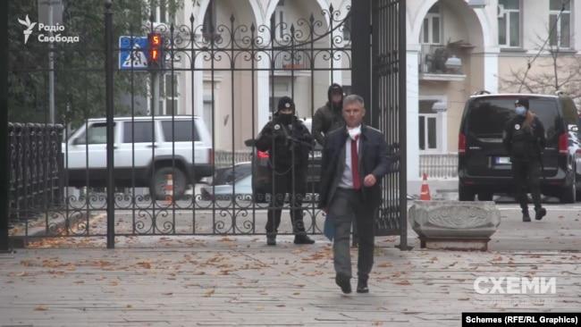 Очільника НАЗК Олександра Новікова «Схеми» зустріли біля Офісу президента на Банковій у Києві
