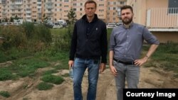Daniil Markelov (right) with Russian opposition leader Alekei Navalny (file photo)