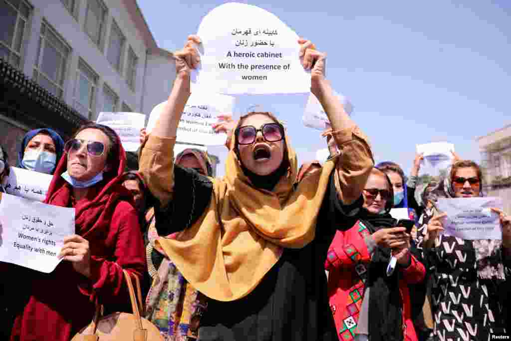 Un grup de activiste care apără drepturile femeilor afgane protestează în fața palatului prezidențial din Kabul, pentru a solicita talibanilor păstrarea drepturilor și educației lor, 3 septembrie 2021.