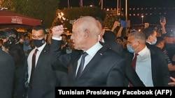 26 июл, шаҳри Тунис. Президенти Тунис Қайс Саид дар миёни тарафдоронаш гаштугузор мекунад