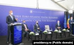 """Președintele Klaus Iohannis va participa, în 14 iunie, la Reuniunea liderilor NATO care va analiza așa-numita """"reziliență"""" a Alianței și perspectivele acesteia."""