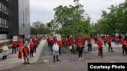 Членови на Сојузот на синдикати на Македонија се собраа денеска пред зградата на ССМ во центарот на Скопје облечени во црвени маички за да го одбележат 1 Мај.