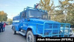 Суу бүрккүч машина. Бишкек. 2020-жылдын 5-октябры.