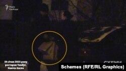 За пів години «Схеми» зафіксували, як до закладу повернувся той самий поліцейський, який приїжджав на приватному авто, і йому винесли пакети з ресторану