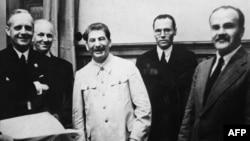 Керівник МЗС Німеччини Йоахим фон Ріббентроп (ліворуч), Йосип Сталін і керівник МЗС СРСР В'ячеслав Молотов (праворуч). Москва, 23 серпня 1939 року