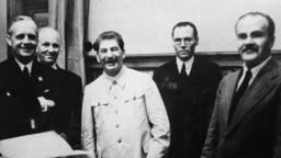 Ministrul de externe german Joachim Von Ribbentrop, liderul sovietic Iosif Stalin, și ministrul de externe sovietic Veaceslav Molotov la întîlnirea de la Kremlin la 23 august 1939, pentru semnarea Pactului de neagresiune.