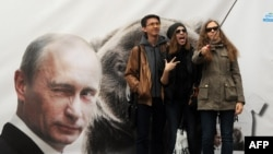 Putin-in banneri qarşısında selfi çəkdirirlər.