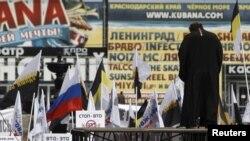 Орыс православие шіркеуінің қызметкері көп алдында сөйлеп тұр. Мәскеу, 21 сәуір 2012 жыл