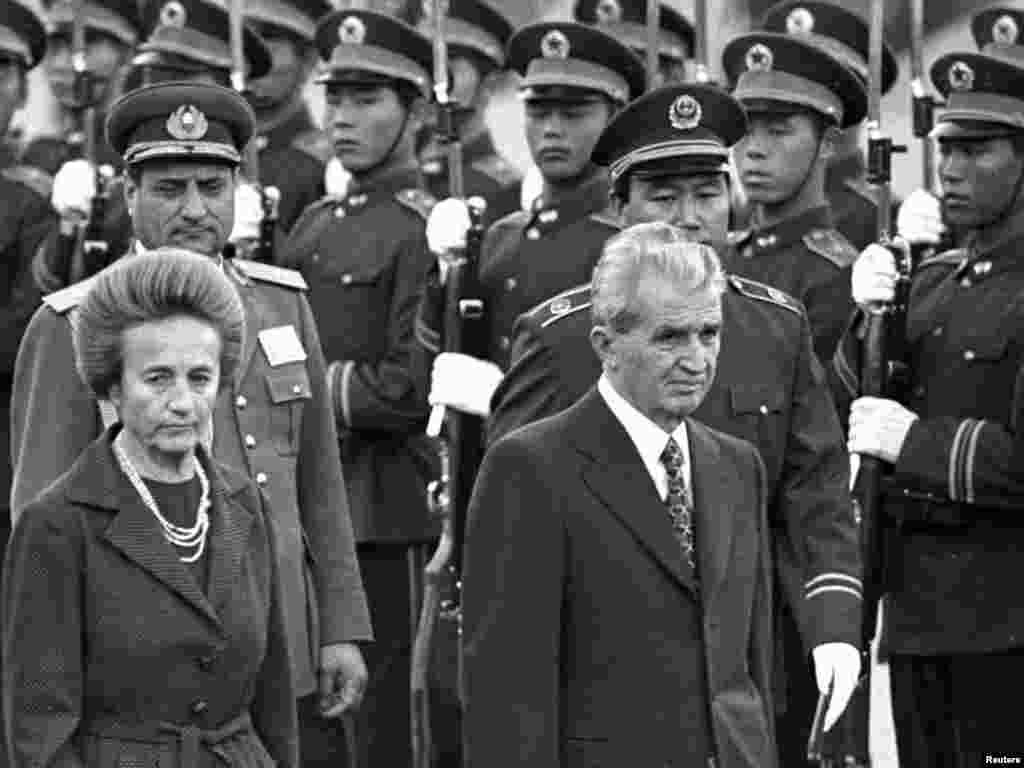 Rumıniyanın kommunist diktatoru Nicolae Ceausescu arvadı Elena ilə birlikdə Pekində səfərdə olarkən, 14 oktyabr 1988