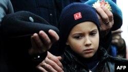 """Поминальная церемония по погибшим в катастрофе самолета """"Когалымавиа"""" на Синае. Санкт-Петербург, 4 ноября 2015 года."""