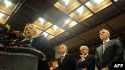 Премьер-министр Словакии Иветта Радичова с политическими союзниками на брифинге после заседания парламента. 11 октября 2011 года
